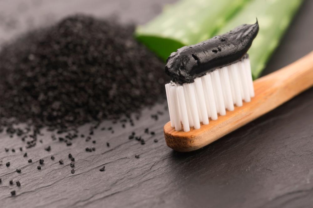 dentifrice au charbon sur une brosse à dents