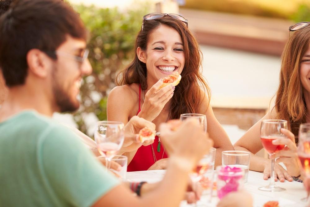 fille souriante lors d'un repas d'été
