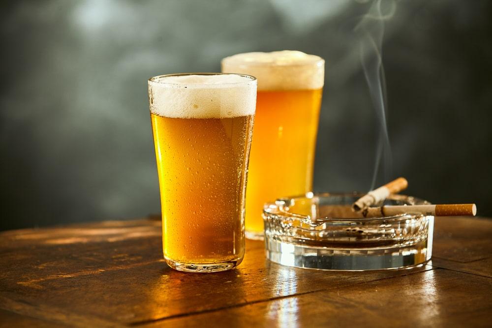 Verres de bière et cigarettes