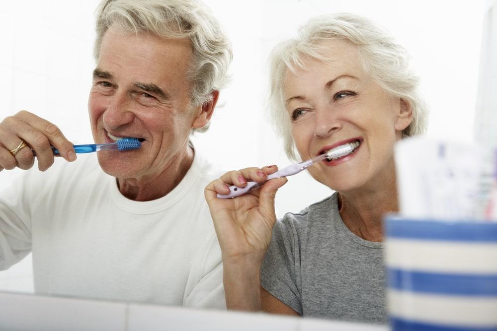 Aînés qui se brossent les dents
